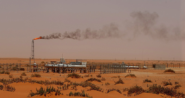 A picture taken on June 23, 2008 shows a flame from a Saudi Aramco oil installion known as Pump 3 in the desert near the oil-rich area of Khouris. (AFP Photo)