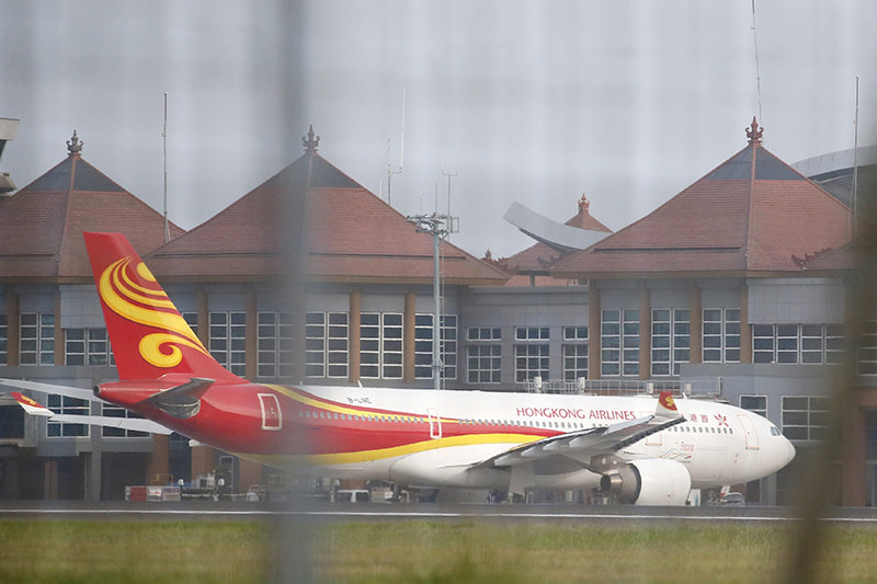 A Hong Kong Airlines plane is seen at Bali's Ngurah Rai Airport after landing following a turbulence incident, in Bali, Indonesia, 07 May 2016 (EPA Photo)