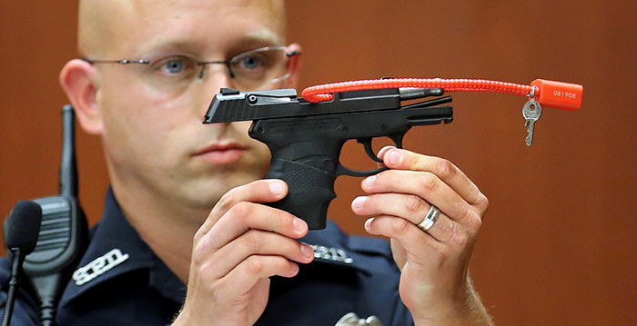 Sanford police officer Timothy Smith holds up the gun that was used to kill Trayvon Martin, while testifying during George Zimmerman's murder trial in Seminole circuit court in Sanford, Florida, June 28, 2013 (Reuters Photo)