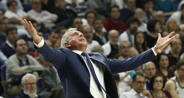 Fenerbahce's coach Zeljko Obradovic gestures during the third basketball match of the quarter finals of the Euroleague against Real Madrid played at the Palacio de los Deportes in Madrid, Spain, 19 April 2016. (EPA Photo)