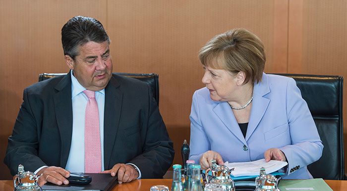 German Chancellor Angela Merkel (R) and German Vice Chancellor, Economy and Energy Minister Sigmar Gabriel (L) sit down for a weekly meeting of the German cabinet at the chancellery in Berlin on May 11, 2016 (AFP Photo)