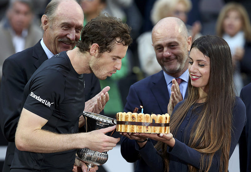 Andy Murray blows out candle on his birthday cake after winning the match. [REUTERS Photo)