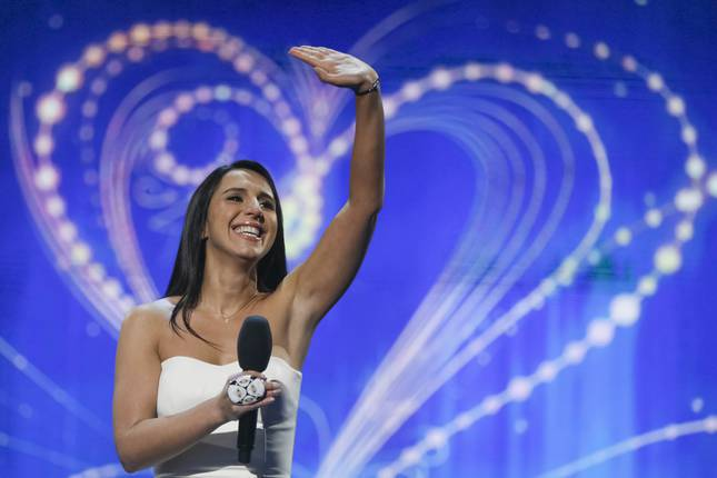 Crimean Tatar singer Susana Jamaladinova, known as Jamala, waves to supporters after performing in the Ukrainian national selection for the Eurovision Song Contest outside Kiev, Ukraine, February 21, 2016. (AP Photo)