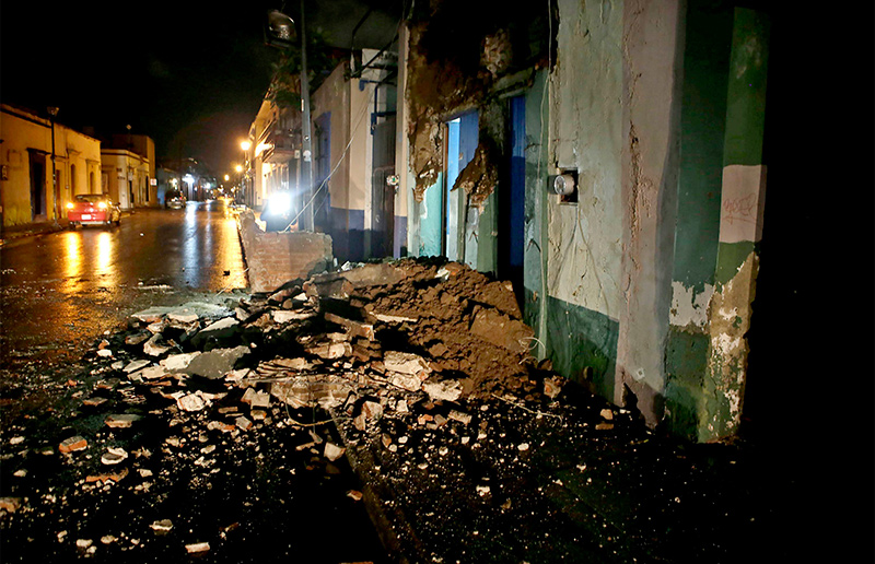 Damages to a building following the strong earthquake magnitude 8.4 on the open Richter scale that violently shook Mexico in Oaxaca, Mexico, early 08 September 2017 (EPA Photo)