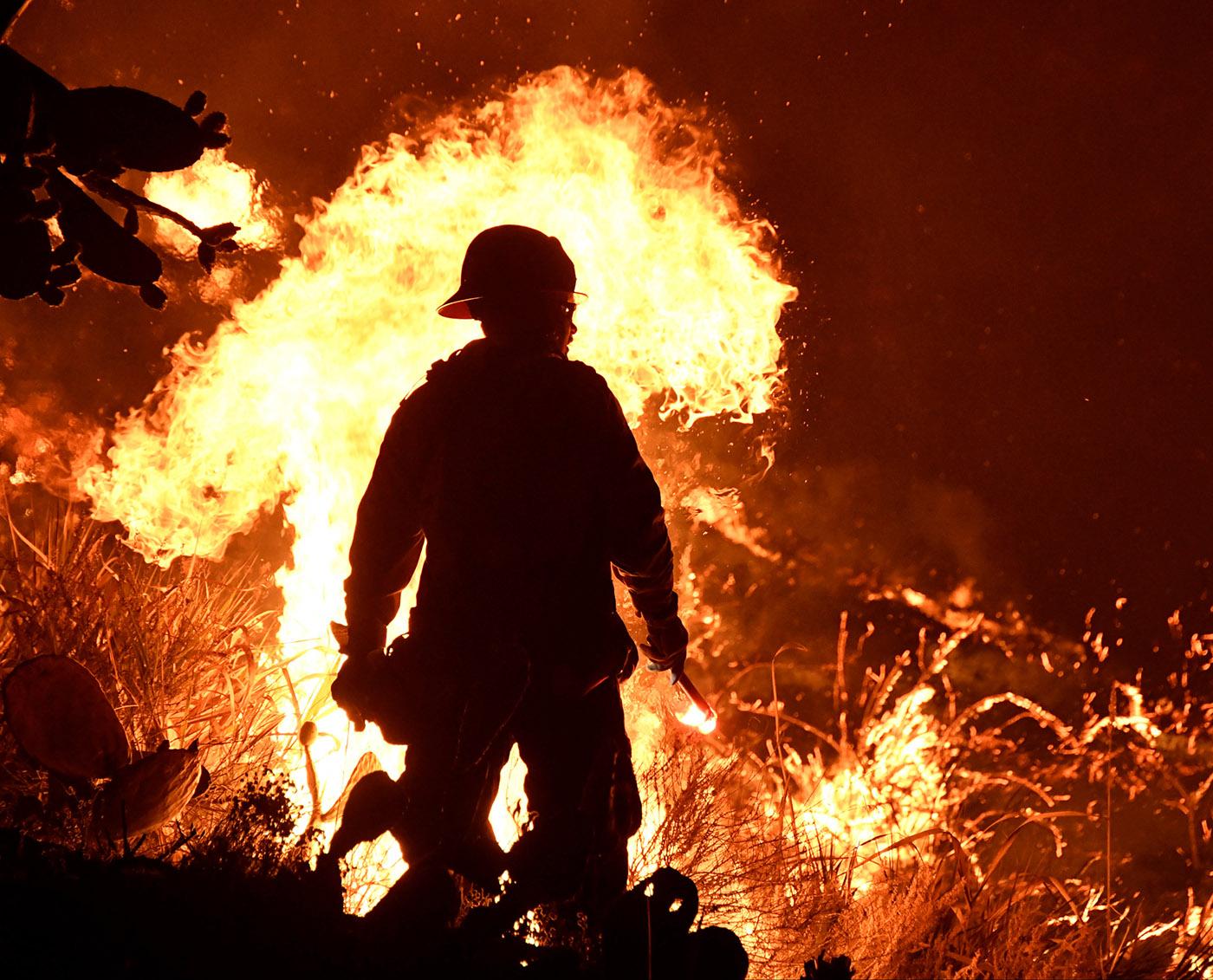 Firefighters battle a Santa Ana wind-driven brush fire called the Thomas Fire near Ventura, California, December 5, 2017. (Reuters Photo)