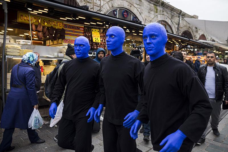 Blue Man Group visits Eminu00f6nu00fc district's Spice Bazaar