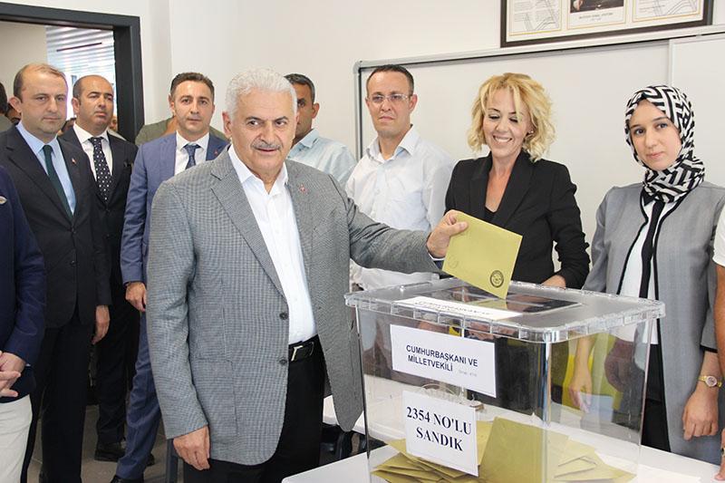 Prime Minister Binali Yu0131ldu0131ru0131m casts his vote in Turkey's June 24, 2018, presidential and parliamentary elections.
