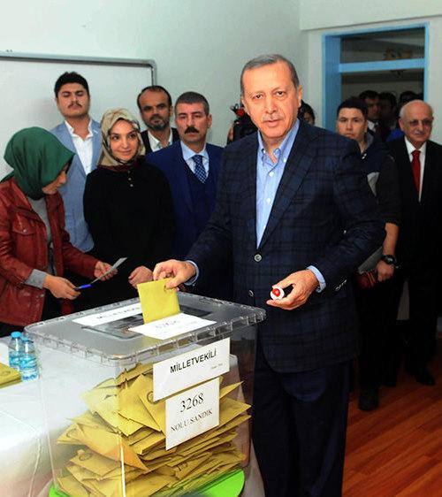 الرئيس التركي رجب طيب أردوغان، يدلي بصوته في الانتخابات البرلمانية المبكرة، اليوم الأحد