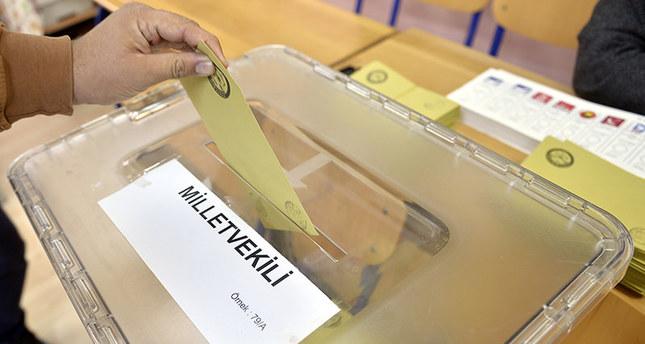 الناخبون الأتراك يواصلون التوافد الى مراكز الاقتراع للإدلاء بأصواتهم