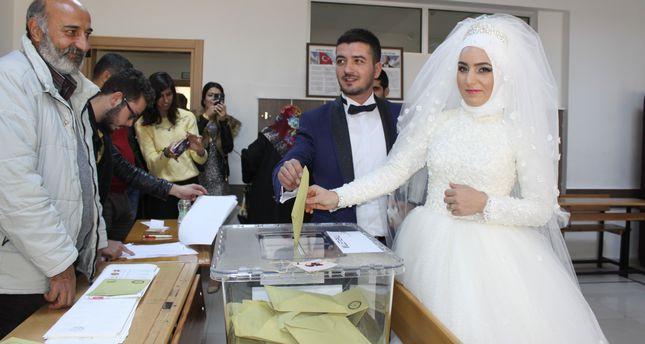 تركيا.. (بالصور) عروسان يدليان بصوتهيما قبل مراسم الزفاف