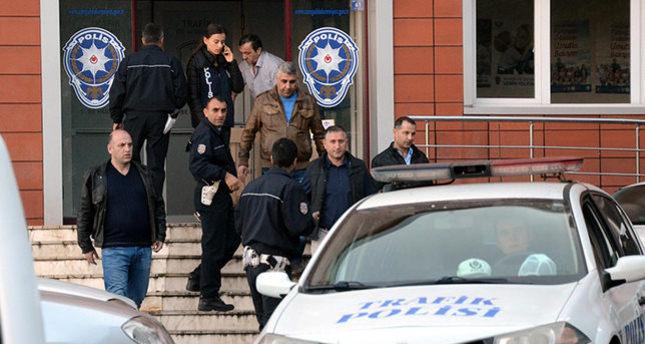 جانب من عملية الاعتقال صباح اليوم الثلاثاء (وكالة الأناضول للأنباء)