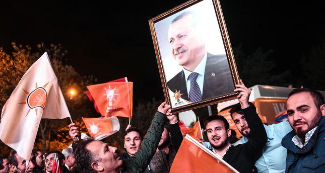 محتفلون بفوز العدالة والتنمية في انتخابات الأول من نوفمبر يرفعون صورة الرئيس التركي رجب طيب أردوغان.