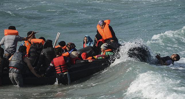 مقتل 14 لاجئا بينهم 7 أطفال، إثر غرق قاربهم المتوجه الى اليونان