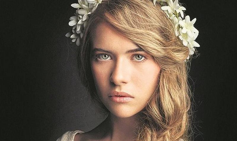 الممثلة اليونانية أناستاسيا تسيليمبو، وتلعب دور كوسيم، في الحلقات الأولى.