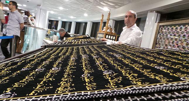 فنان سوري ينقش آيات القرآن الكريم بالحرير، ويودعه في تركيا