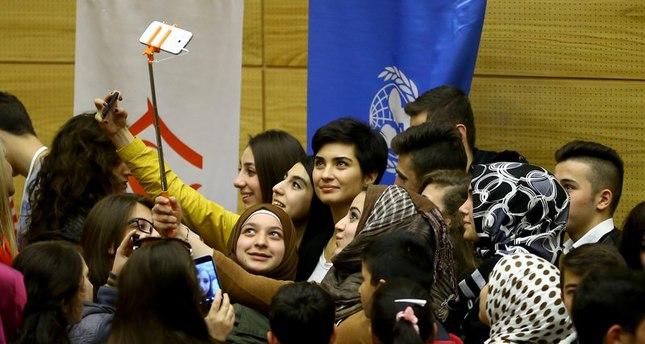 النجمة التركية توبا بويوك أوستون تلتقي بالأطفال السوريين في البرلمان التركي