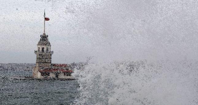 الرياح الشديدة تعيق الطيران والمواصلات البحرية في اسطنبول