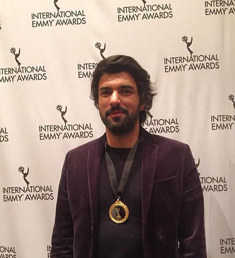انجين أك يوريك وحول عنقه قلادة المرشحين لجوائز ايمي العالمية