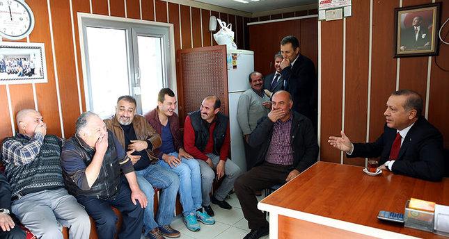 الرئيس التركي أردوغان يتناول السميت والشاي التركي مع سائقي التكاسي