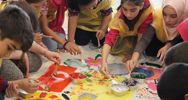 يدان وفرشاة واحدة يجمع الفنانين الصغار أتراكا وسوريين في معرض فني في تقسيم