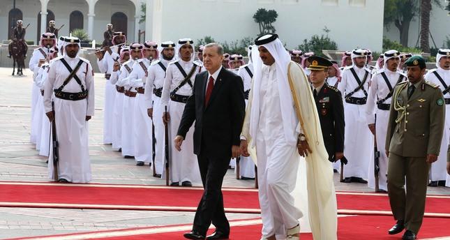 أردوغان وأمير قطر تميم بن حمد يستعرضان حرس الشرف بالديوان الأميري بالدوحة  الأناضول