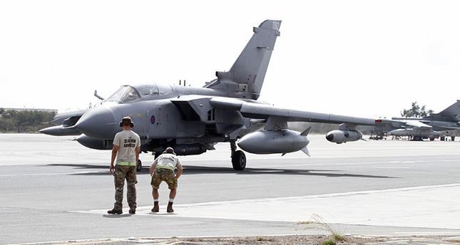 مقاتلة بريطانية من طرازتورنادو تستعد للإقلاع من قاعدة أكروتيري بقبرص الجنوبية، لضرب أهداف داعش بسوريا   (رويترز)
