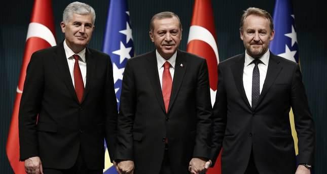 أردوغان يتوسط رئيس المجلس الرئاسي في البوسنة والهرسك  دراغان جوفيتش، وعضو المجلس بكرعزت بيغوفيتش   (وكالة الأناضول)