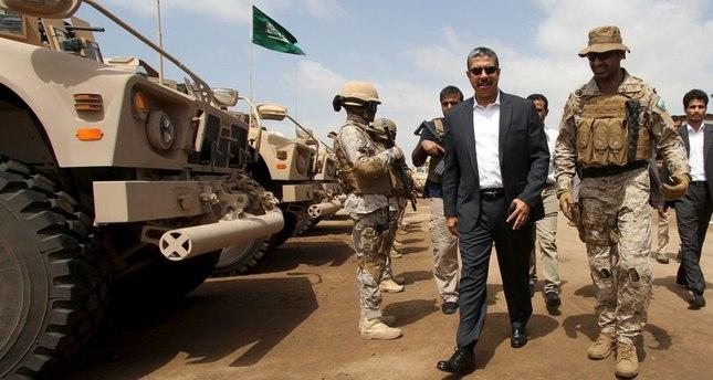 العقيد عبد الله السهيان، قائد القوة الخاصة السعودية بقوات التحالف العربي باليمن، بصحبة رئيس الوزراء اليمني خالد بحاح  (رويترز)