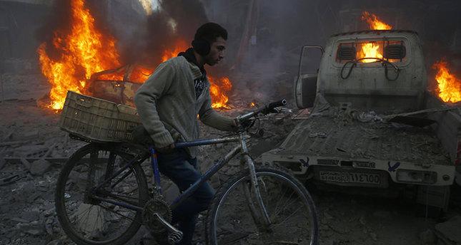 مواطن سوري يحاول الابتعاد عن أماكن قصف الطائرات الروسية  وكالة الأنباء الفرنسية