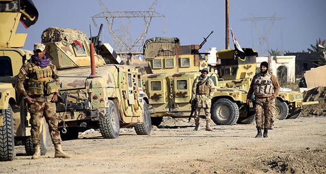 القوات العراقية تتخذ مواقعها شمال الرمادي، على بعد 115 كم من العاصمة بغداد استعداداً لبدء عملية تحرير الرمادي  ( اسوشيتد برس)