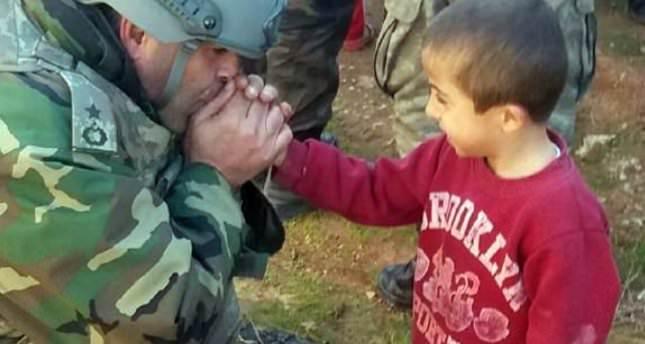 صورة لضابط في الجيش التركي يحاول تدفئة طفل تثير مشاعر الأتراك