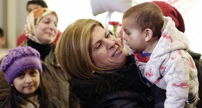 تيما كردي عمة الطفل السوري إيلان كردي، أثناء استقبالها أفراد من عائلتها لدى وصولهم كندا  (رويترز)
