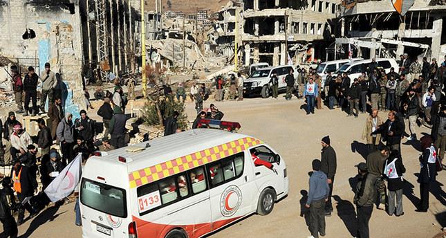سيارات تابعة للهلال الأحمر السوري تنقل مصابين من المعارضة السورية بمدينة الزبداني اسوشيتد برس