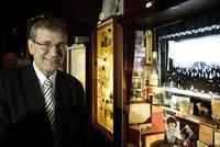 Vitrinen gefüllt mit banalen aber ergreifenden Objekten, wie Parfümfläschchen, Zahnprothesen und Postkarten, sind das Herzstück einer Londoner Ausstellung vom türkischen Nobelpreisträger Orhan...