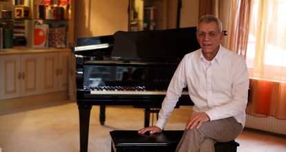 pDer türkische Komponist und Arrangeur Atilla Özdemiroğlu, der seit einiger Zeit wegen Krebserkrankung behandelt wird, starb am Mittwoch im Alter von 73 Jahren./p  pDer prominente Musiker spielte...