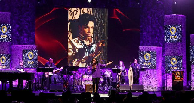 Priscilla Renea singt Purple Regen von Prince während einer Trauer-Hommage auf der 33. jährlichen ASCAP Pop Music Awards im Dolby Ballsaal am Mittwoch, den 27. April 2016, in Los Angeles. (Foto: AP/Rich Fury)