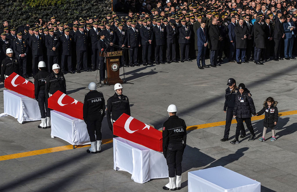 Relatives mourn over the coffin of a Turkish police officer during a funeral ceremony at Istanbul's police headquarters on December 11, 2016 (AFP Photo)