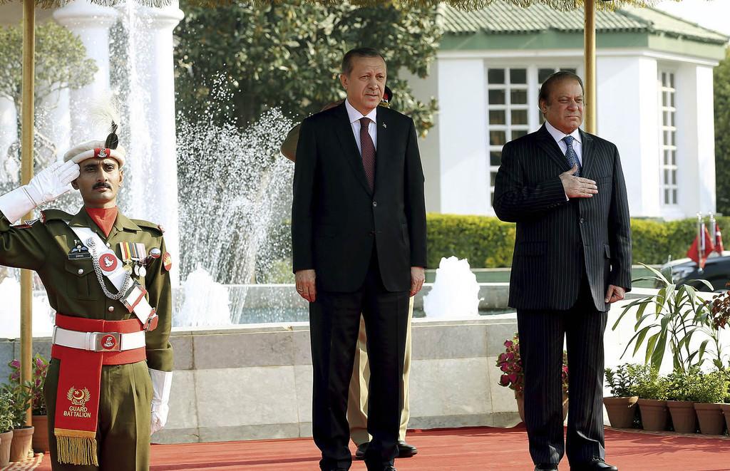 President Recep Tayyip Erdoğan, center, and Pakistan's Prime Minister Nawaz Sharif listen to their national anthems, during a ceremony in Islamabad, Pakistan, Thursday, Nov. 17, 2016.  (AP Photo)