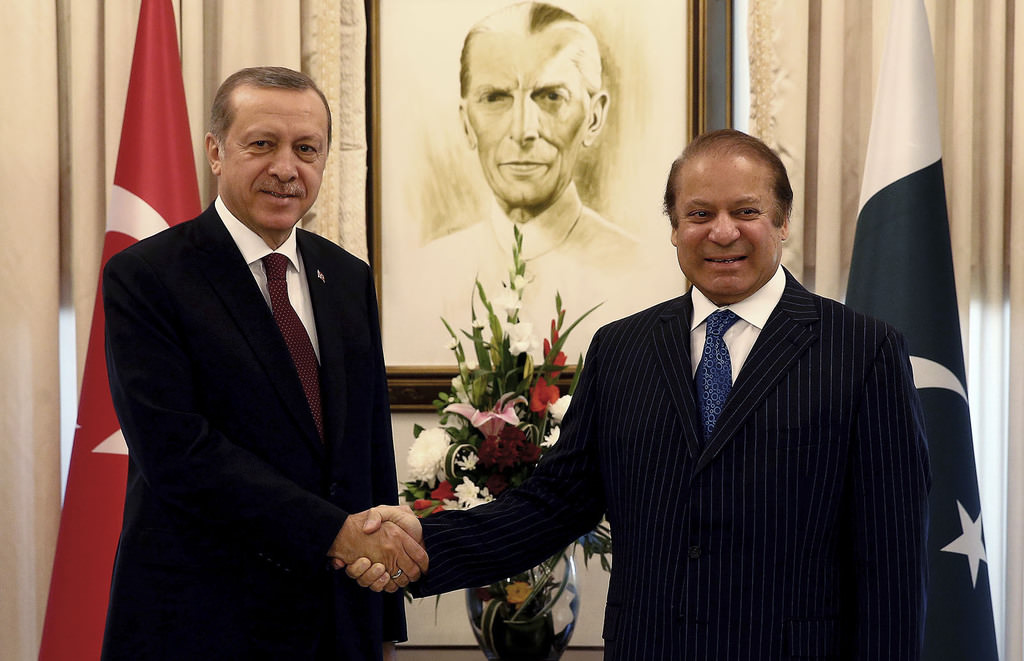 President Recep Tayyip Erdoğan, left, shakes hands with Pakistan's Prime Minister Nawaz Sharif, before a meeting, in Islamabad, Pakistan, Thursday, Nov. 17, 2016. (AP Photo)