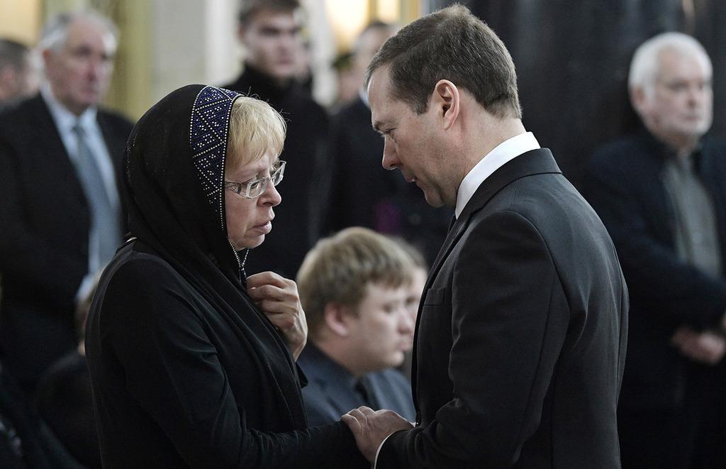 Russian Prime Minister Dmitry Medvedev (R) offers his condolences to Marina Karlova (C), the widow of killed Russian ambassador to Turkey, Andrey Karlov (EPA Photo)