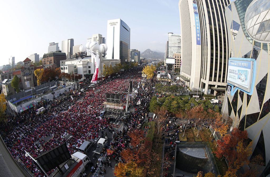 South Koreans shout slogans as they carry placards reading ,Park Geun-hye Out, against on a main street in Seoul, South Korea November 12, 2016. (Reuters Photo)