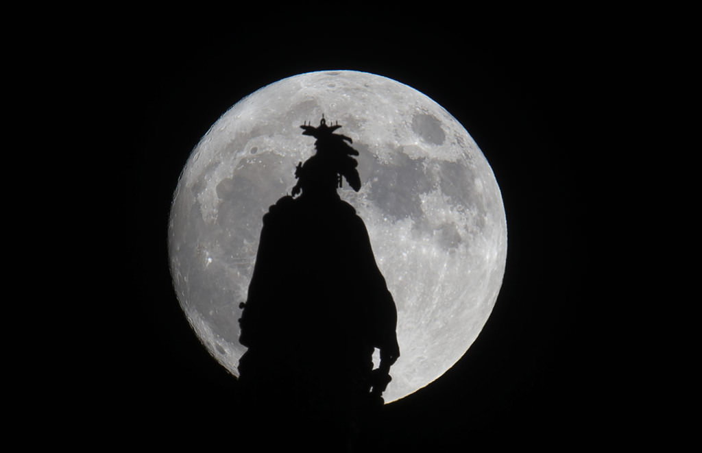 A super moon rises over the Statue of Freedom on the Capitol dome in Washington, DC November 13, 2016. (AFP Photo)