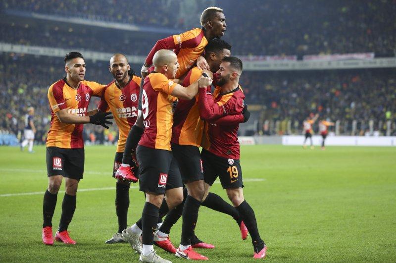 Galatasaray players celebrate their team's first goal scored by defensive midfielder Ryan Donk during Turkish Süper Lig Week 23 match against Fenerbahçe at Ülker Şükrü Saraçoğlu Stadium, in Kadıköy, Istanbul, on Feb. 24, 2020. (AA Photo)