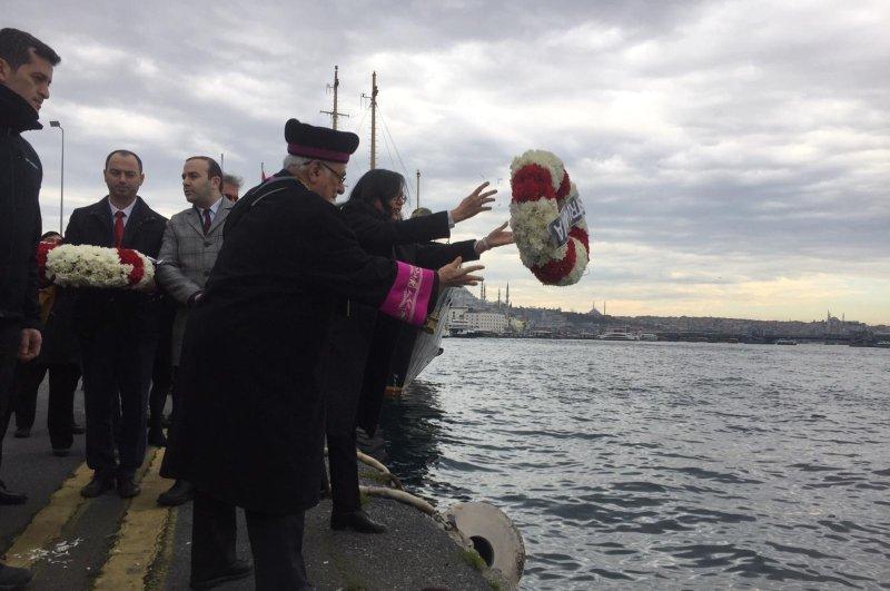 İzak Haleva, chief rabbi of the Jewish community throws a wreath at sea in memory of victims, Istanbul, Feb. 24, 2020. (DHA Photo)