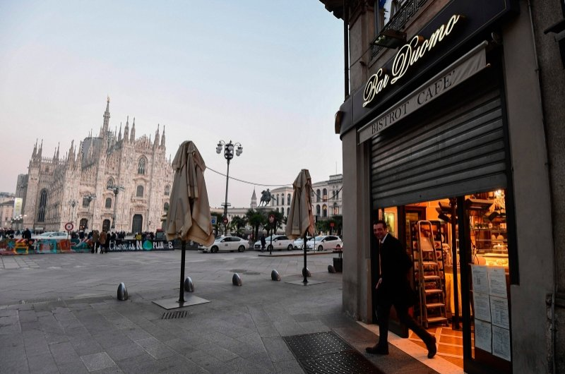 A bar next to the Piazza del Duomo in central Milan closes at 6 p.m. on Feb. 24, 2020, following security measures taken in northern Italy against the COVID-19 the novel coronavirus. (AFP Photo)