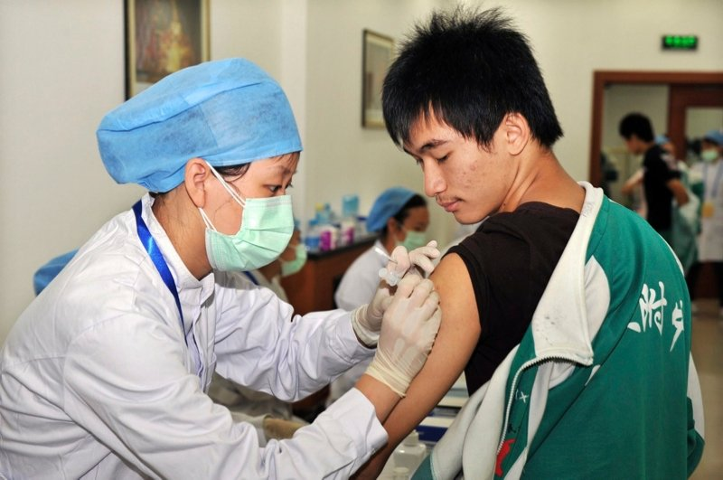 A student receives an H1N1 vaccine injection at a school in Beijing September 21, 2009. (Reuters File Photo)