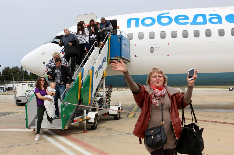 A plane carrying Russian tourists lands in the southern resort town of Alanya. (DHA File Photo)