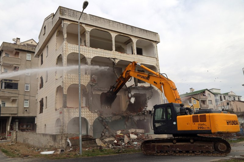 A bulldozer demolishes an unsafe building in Büyükçekmece district, Istanbul, Feb. 26, 2020. (İHA Photo)