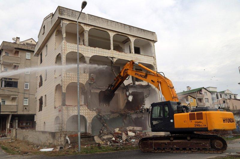 A bulldozer demolishes an unsafe building in Büyükçekmece district, Istanbul, Feb. 26, 2020. (İHA Photo)