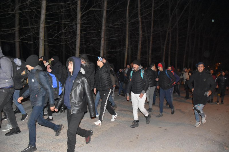 Syrian migrants who gathered in the Turkish border town of Edirne walk toward the Pazarkule Border gate to cross into Europe on Friday, Feb. 28, 2020 (IHA Photo)